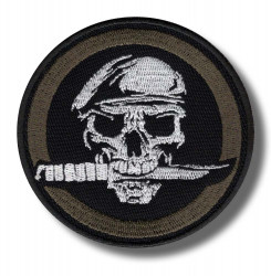 skull-with-knife-embroidered-patch-antsiuvas